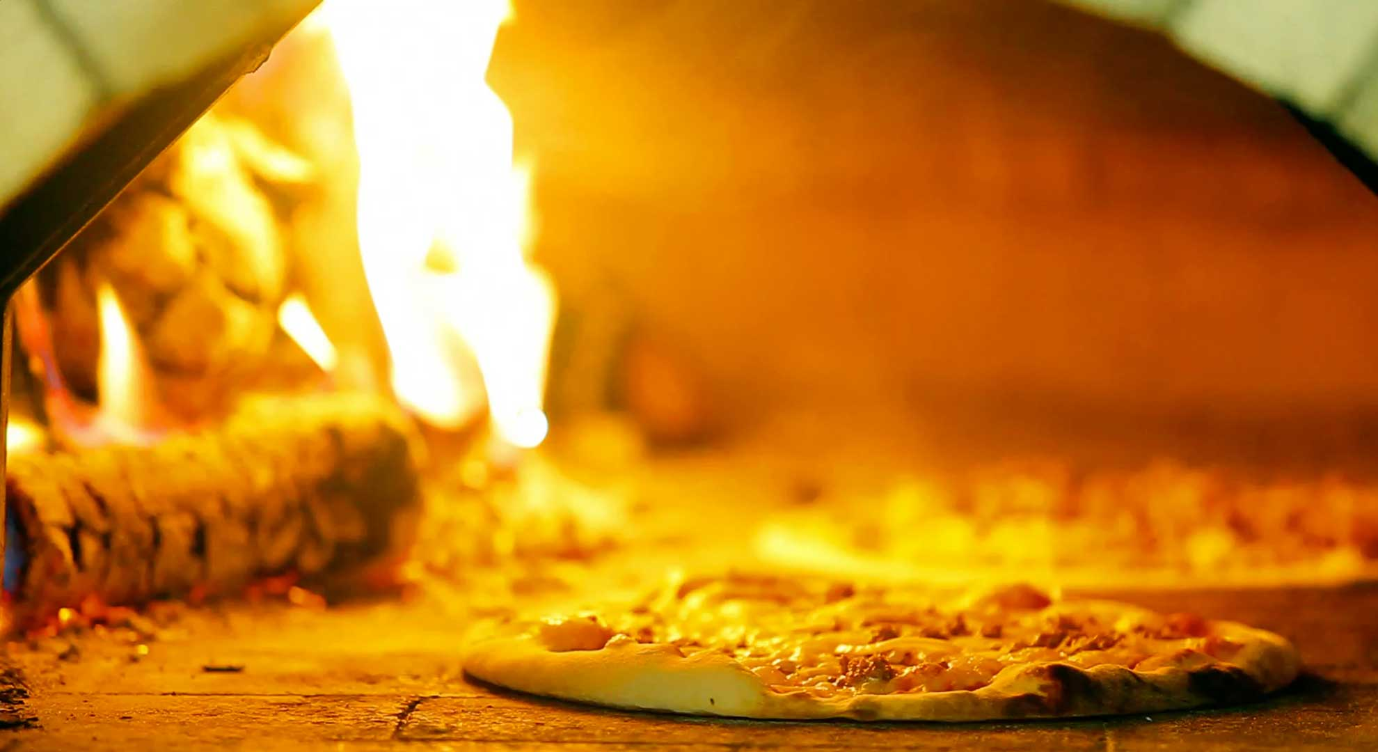 Holzofen mit Pizza